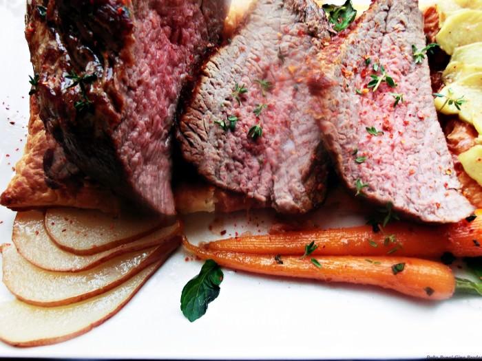 Muschi de vita cu pere, morcovi si ghimbir caramelizat, pe pat de foietaj