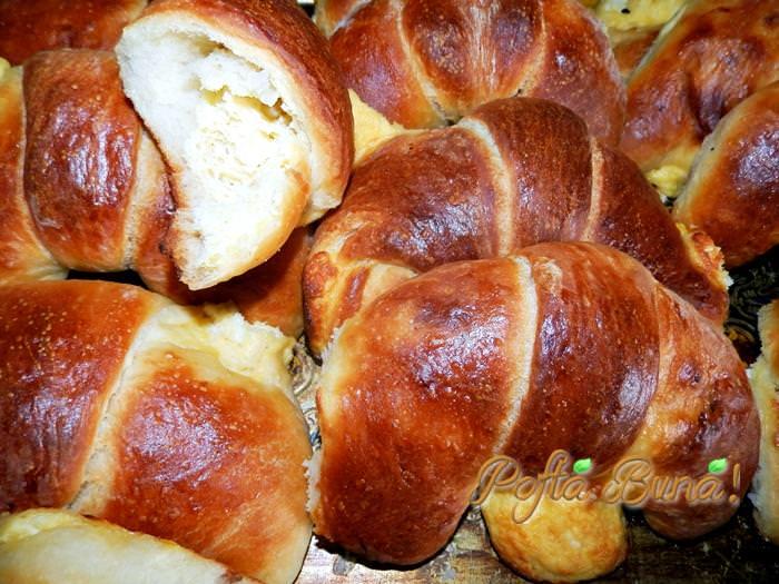 cornuri pufoase cu branza pofta buna gina bradea 1 - Cornuri cu branza (din aluat de paine)