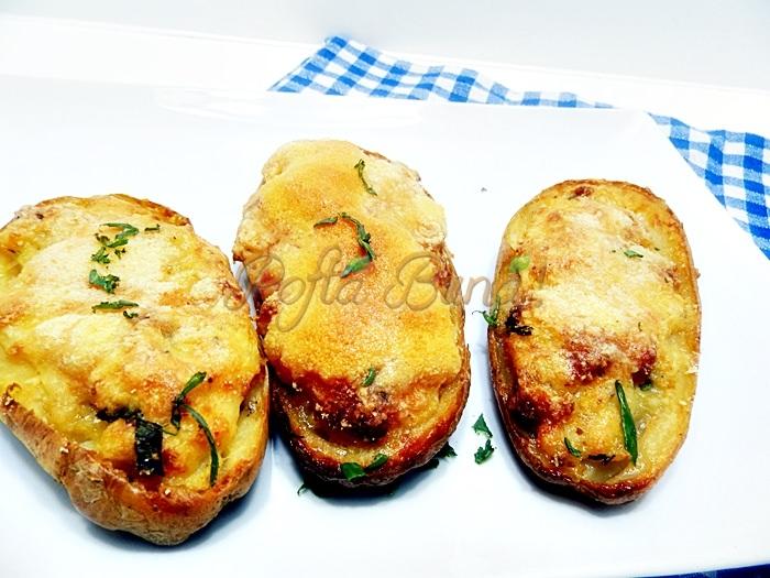 Cartofi umpluti cu bacon si parmezan, la cuptor