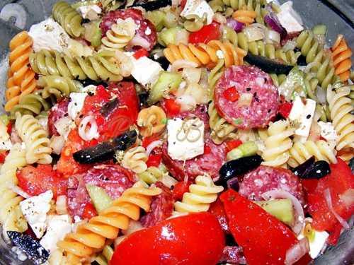 Salată de paste cu legume proaspete, caş şi salam uscat-Mihaela Astancai