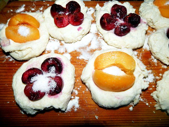 Gomboti, galuste cu branza si prune, cirese, caise, capsune