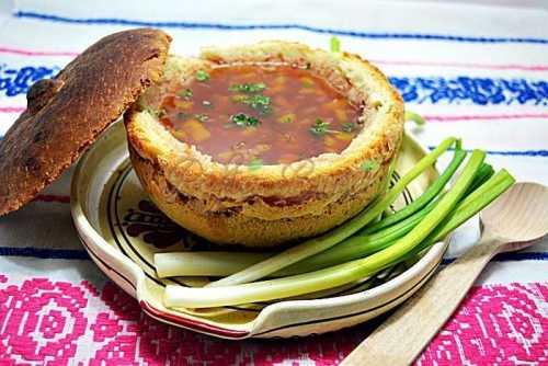 Ciorba de fasole in bol de paine