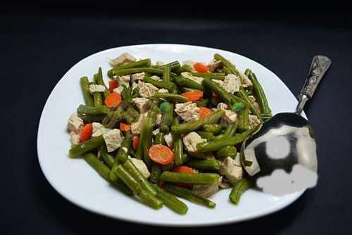 Salata calda de pui cu fasole verde pofta buna cu gina bradea5 500x334 - Salata de pui cu fasole verde