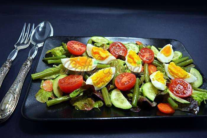 Salata mixta cu oua si fasole verde pofta buna cu gina bradea 1 700x467 - Salata mixta cu fasole pastai si oua