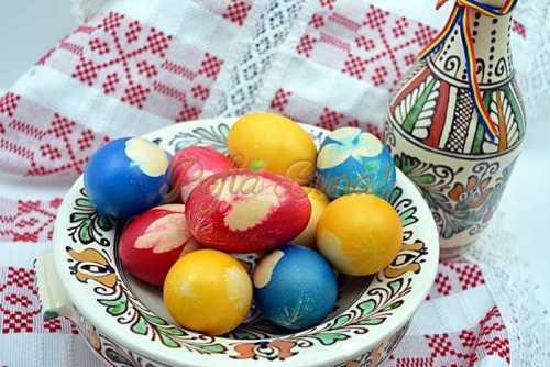 Cum se vopsesc uoale de Pasti cu model pofta buna cu gina bradea 500x334 - Despre ouale de Paste - traditii, vopsit natural