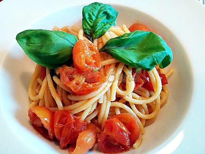 Spaghete cu rosii proaspete si busuioc