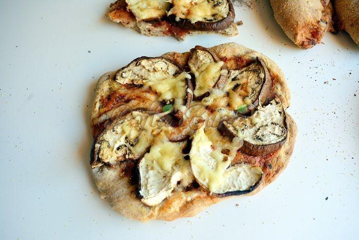 Pizza-cu-faina-integrala-seminte-vinete-si-dovlecei-pofta-buna-cu-gina-bradea (8)