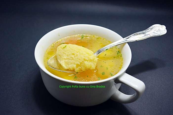 Supa de pui cu galuste pufoase din gris