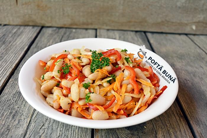 Salata cu fasole uscata ceapa morcov si ardei reteta rapida - Salata de fasole boabe cu ceapa, morcov si ardei