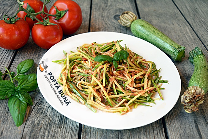 Spaghete in dovlecei cu sos de rosii fara fierbere - Spaghete din dovlecei, cu sos de rosii fara fierbere