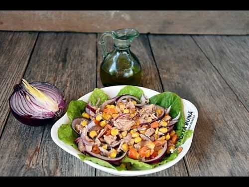 reteta salata ton ceapa porumb ardei 500x375 - Salata de ton cu porumb, ceapa si ardei
