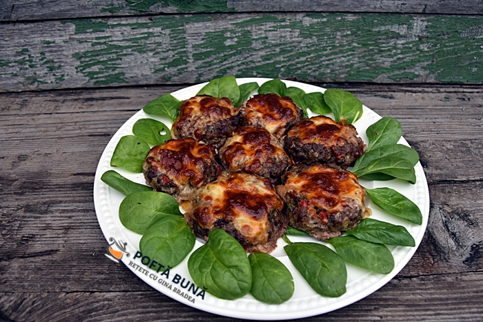 Chiftele la cuptor umplute cu afumatura si cascaval - Chiftele umplute cu afumatura si cascaval, un antreu delicios