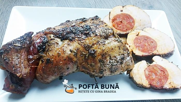 Muschiulet de porc umplut cu carnat afumat, in crusta de ierburi cu piper