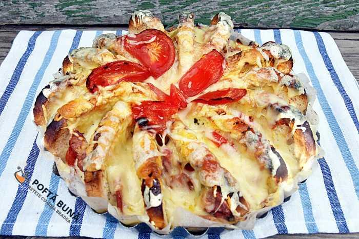 Pizza din felii de paine, salam, branza, rosii si cascaval
