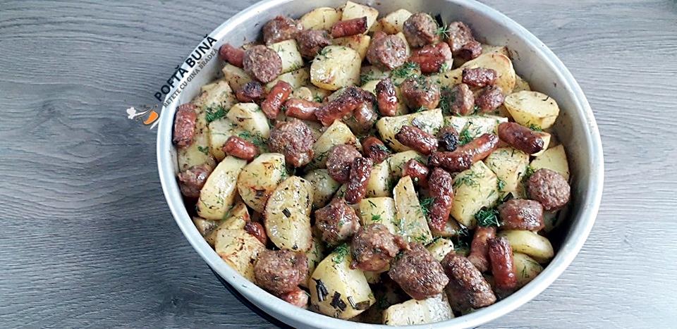 Cartofi noi cu carnati si usturoi, la cuptor