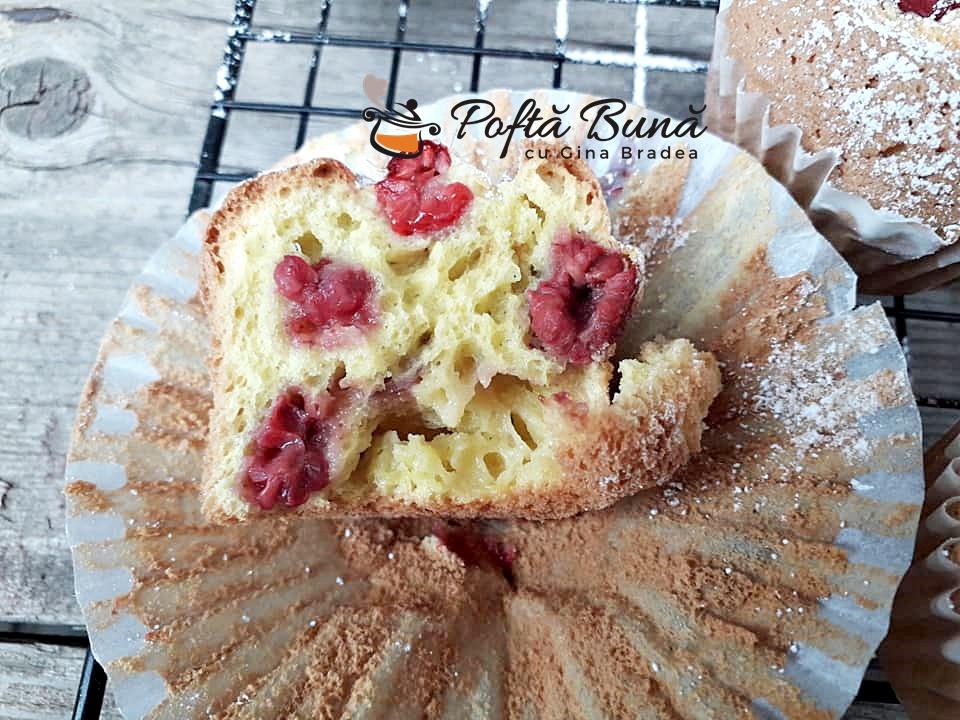 Briose pufoase cu fructe zmeura caise piersici 2 - Briose pufoase (muffins) cu fructe: zmeura, piersici, caise