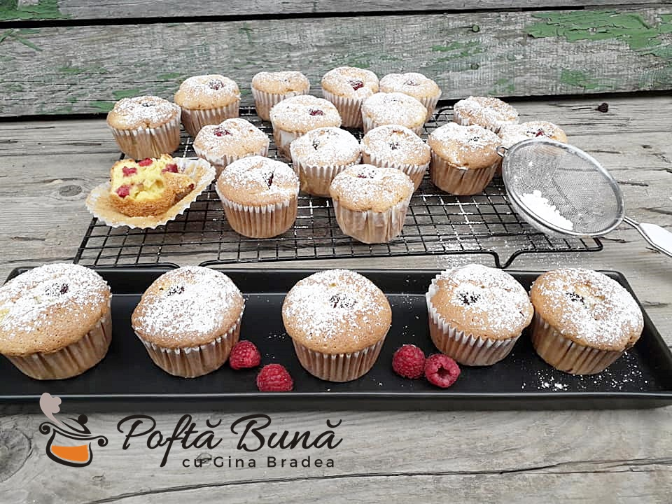 Briose pufoase cu fructe zmeura caise piersici 4 - Briose pufoase (muffins) cu fructe: zmeura, piersici, caise
