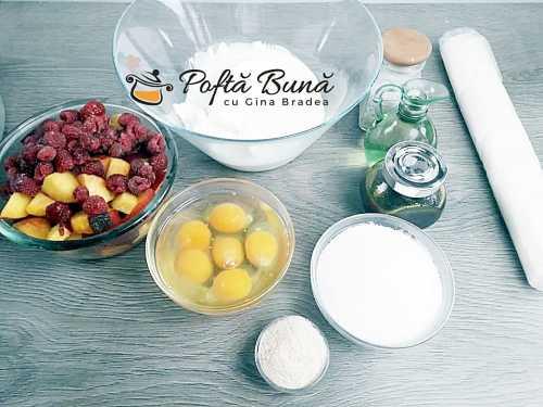 Placinta creata cu iaurt, zmeura si piersici, reteta rapida