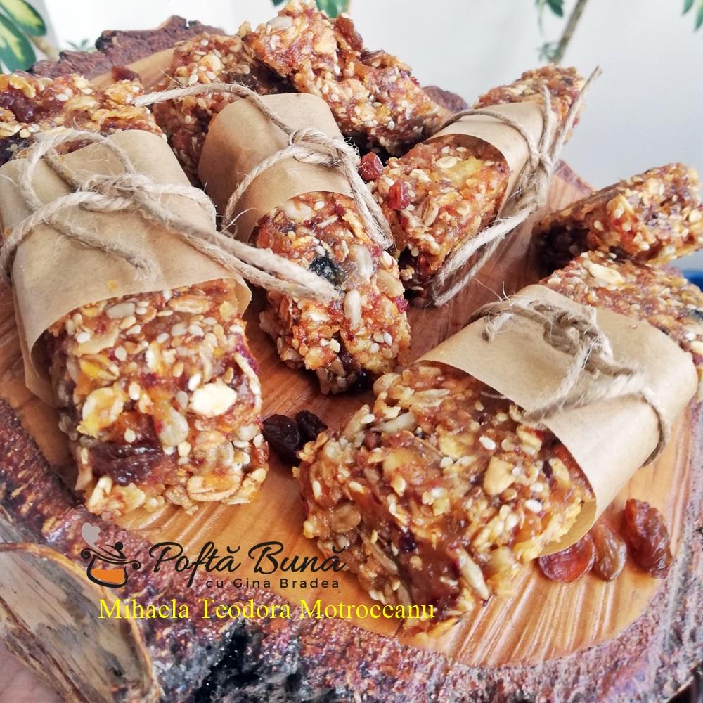 Batoane de cereale cu fructe uscate, miere si seminte