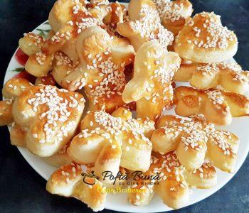 Biscuiti fragezi cu unt, branza si seminte de susan