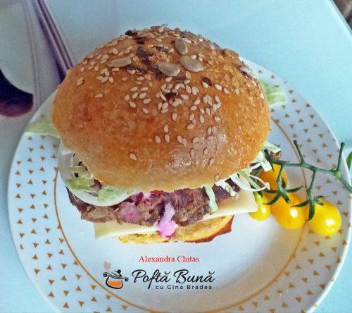 burger de casa reteta simpla rapida 1 500x444 - Burger cu friptura de porc, legume si chifle de casa