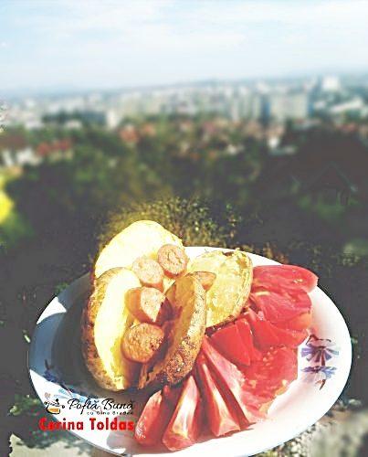 cartofi copti la cuptor 403x500 1 403x500 - Cartofi copti la cuptor, cu rosii si carnati afumati, reteta simpla