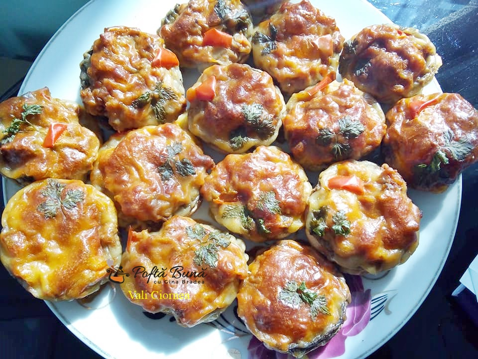 Ciuperci umplute cu carne tocata si cascaval, la cuptor