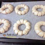 covrigi pufosi cu dulceata 3 150x150 - Covrigi pufosi cu dulceata, colacei cu susan, reteta simpla