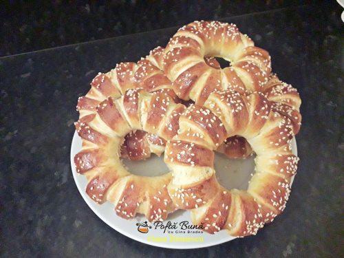 covrigi pufosi cu dulceata 4 500x375 - Covrigi pufosi cu dulceata, colacei cu susan, reteta simpla