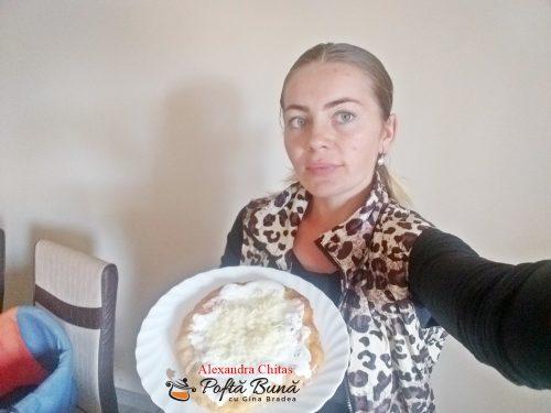 langos cu cartofi reteta ungureasca5 500x375 - Langos unguresc cu cartofi, mujdei si smantana