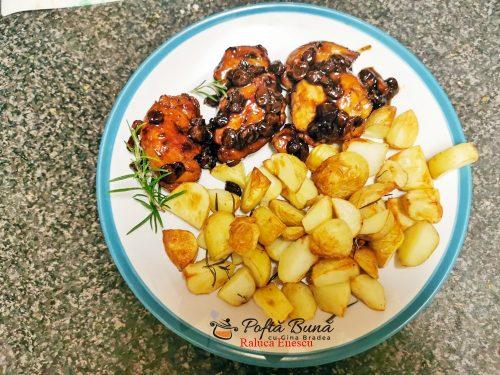 Pulpe de pui cu bere bruna, stafide si cartofi rumeniti, reteta de la bunica
