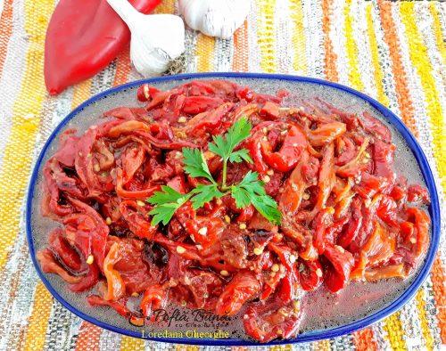Salata de ardei copti cu usturoi si patrunjel, reteta traditionala