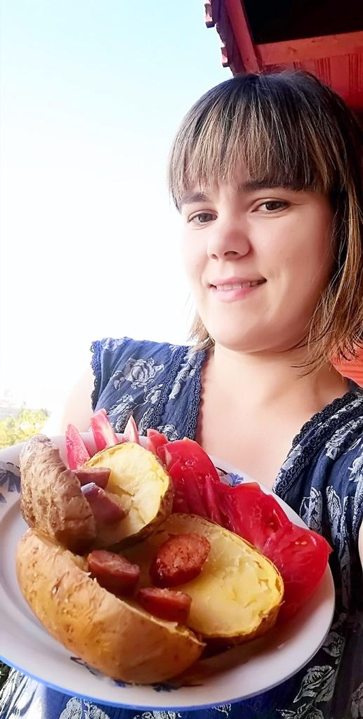 Cartofi copti la cuptor, cu rosii si carnati afumati, reteta simpla