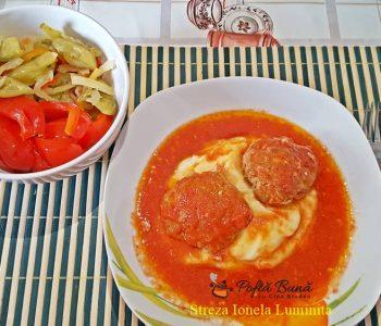 Chiftelute sau burgeri in sos, cu piure de cartofi si muraturi