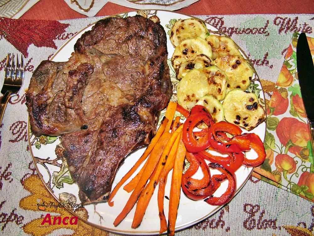Cotlet de vita rib eye steak cu legume, la gratar