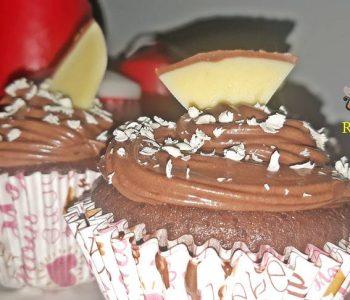 Cupcakes cu cacao, gem de visine si frisca, moi, pufoase si gustoase