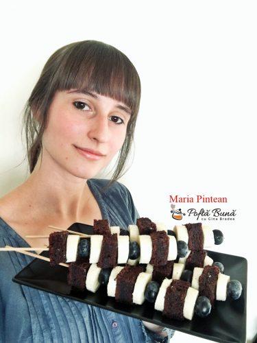 frigarui dulci cu negresa banane si afine 1 375x500 - Frigarui dulci cu negresa, banane si afine