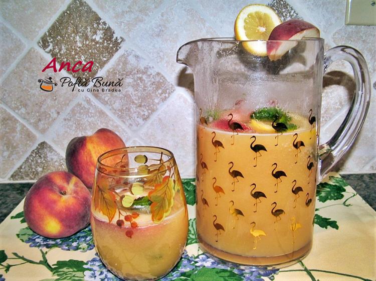 Limonada de piersici cu menta, lamaie si cuburi de gheata