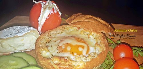 Ou copt in chifla de hamburger, ideal pentru micul dejun