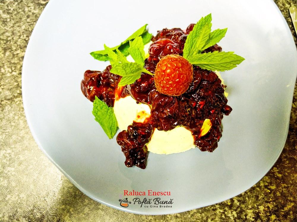 Panna cotta cu cirese, fructe de padure si cacao