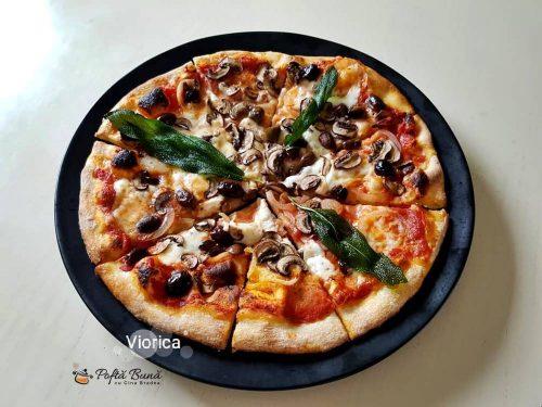 Pizza presto, reteta de pizza italiana cu mozzarella, ciuperci, sunca