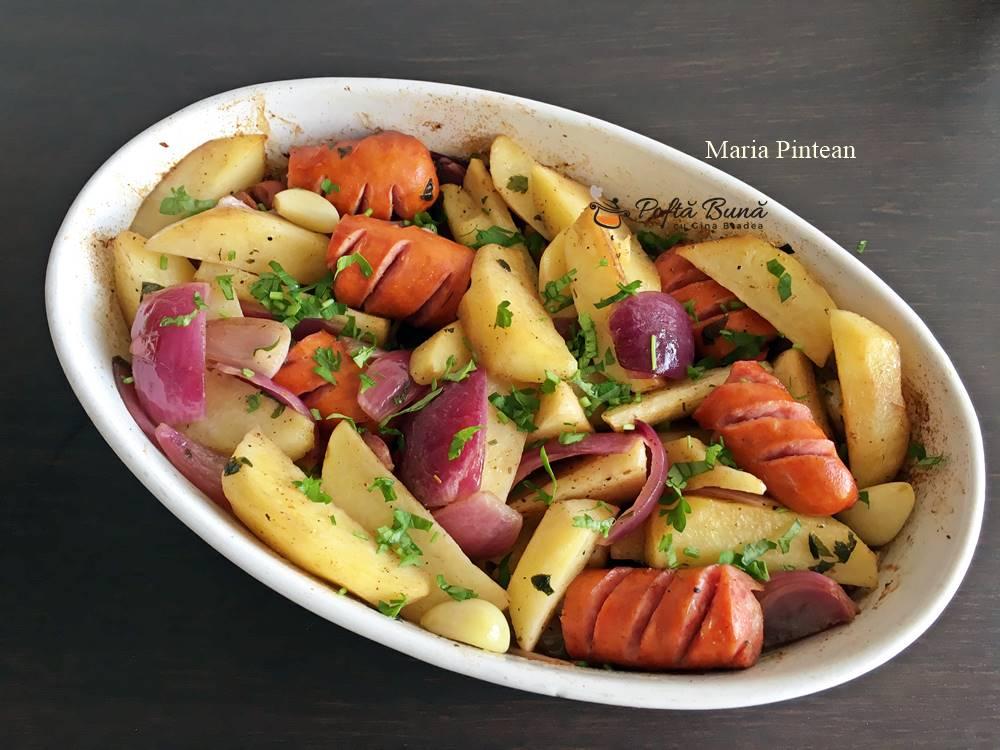 reteta carnati trandafiri cu cartofi la cuptor 3 - Carnati trandafiri cu cartofi, usturoi si ceapa rosie, la cuptor