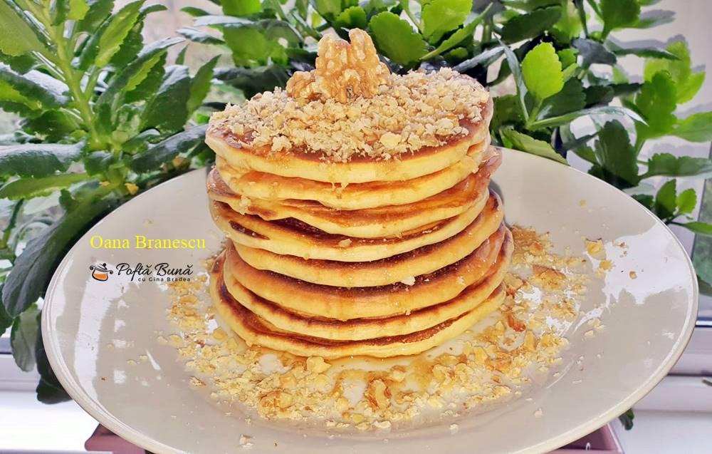 Clatite americane, pancakes cu iaurt, nuca si sirop de artar