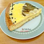 Tarta pufoasa cu crema de unt si oua, decorata cu pere