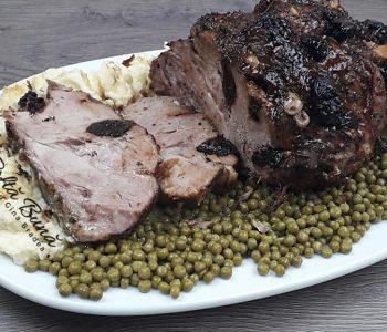 Friptura de porc la cuptor cu prune uscate si usturoi