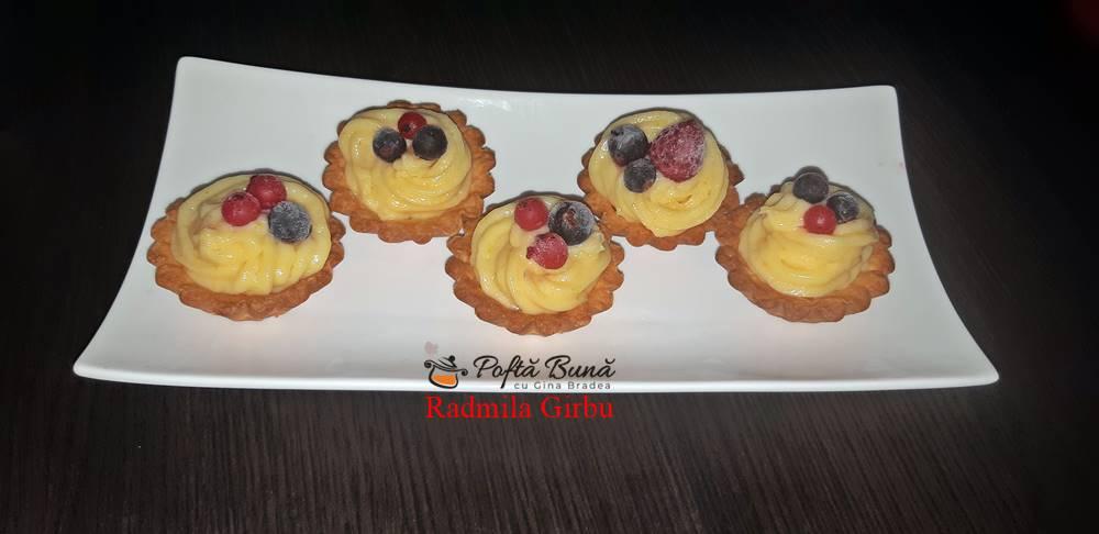 Mini tarte cu crema de vanilie si fructe de padure