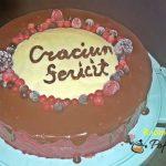 Tort cu blat de cacao si mousse de fructe de padure