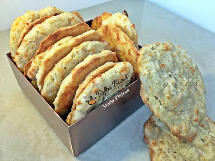 biscuiti cu usturoi bere reteta biscuiti aperitiv 1 700x525 - Biscuiti cu usturoi si bere, biscuiti aperitiv
