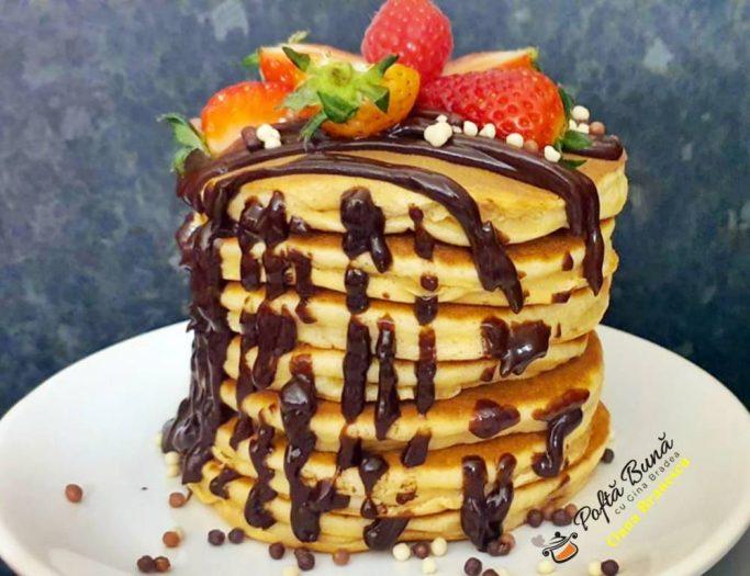 Pancakes cu ciocolata si fructe
