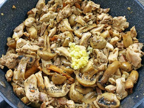 Pui cu ciuperci si usturoi la tigaie tochitura gina bradea 8 500x376 - Pui cu ciuperci si usturoi, la tigaie